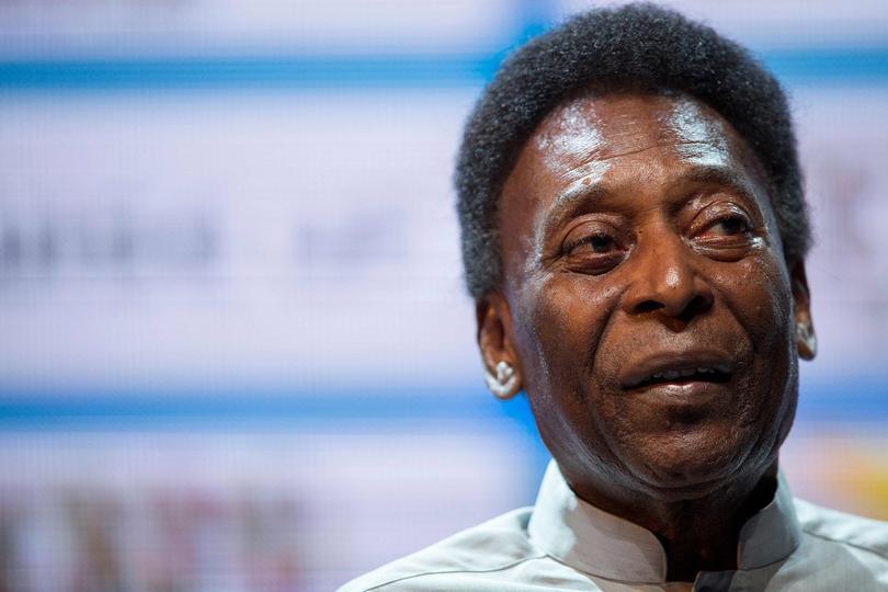 Pelé reapareció después de una operación.
