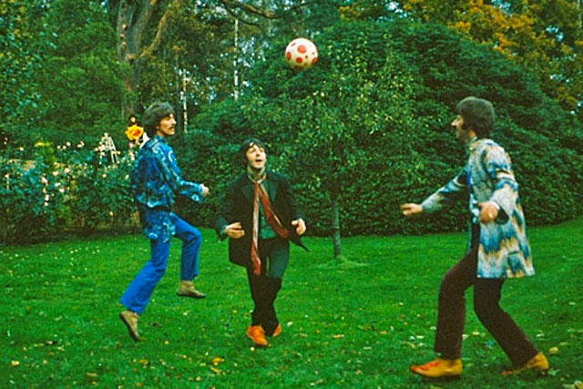Integrantes de los Beatles jugando futbol