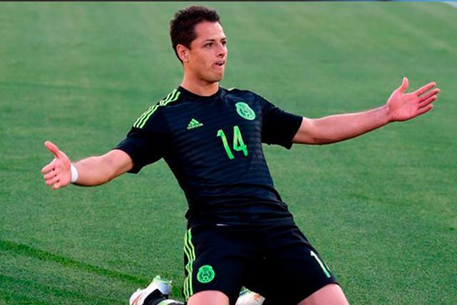 Chicharito celebrando un gol