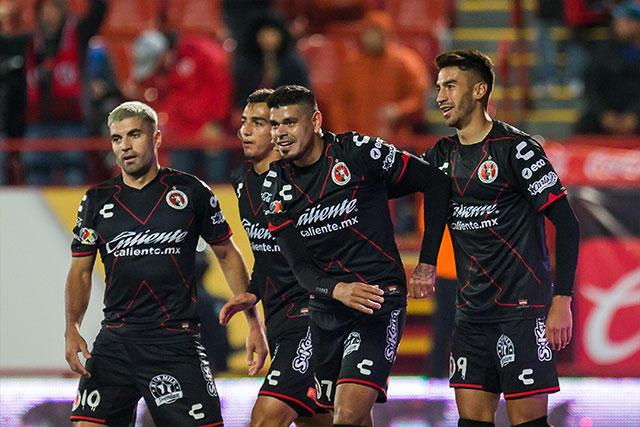 Jugadores de Xolos celebran un gol contra el Puebla