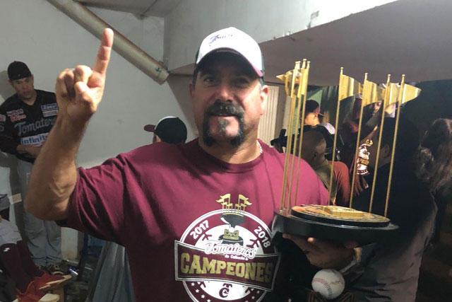 Benjamín Gil, manager de Tomateros con el trofeo de la Liga Mexicana del Pacífico