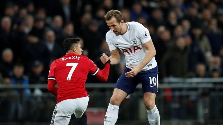 Kane levanta a Alexis Sánchez.