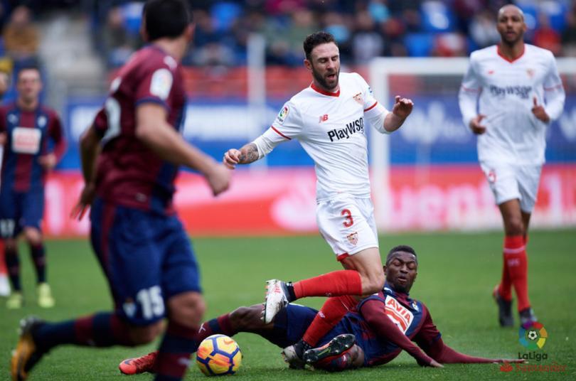 Miguel Layún lucha por el balón