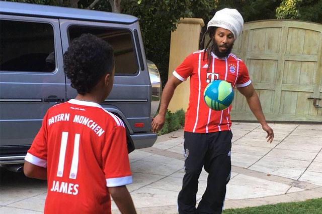 Ziggy y su hijo jugando futbol con la playera del Bayern Munich