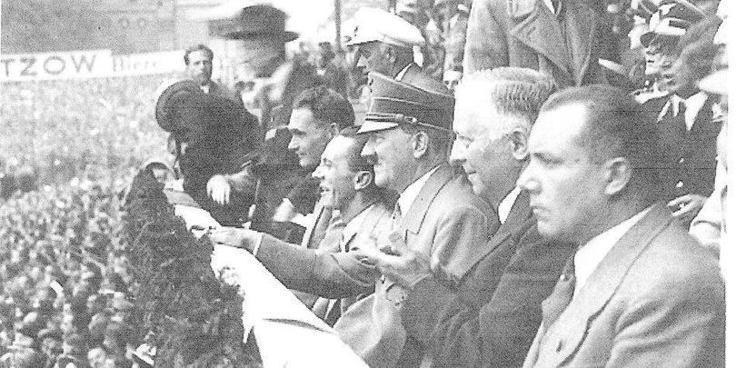 Hitler viendo un juego de futbol