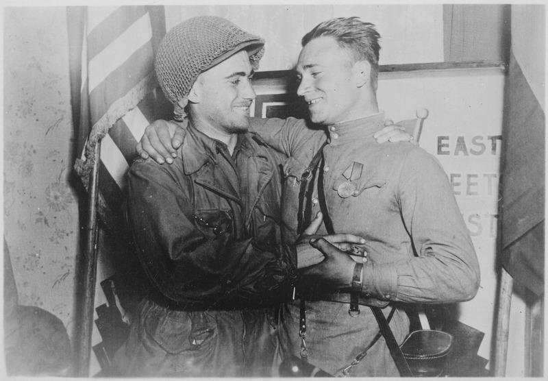 Soldado ruso e inglés se abrazan al termino de la segunda guerra mundial