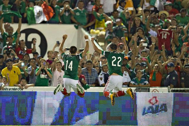 Chicharito y Aguilar celebran un gol con la afición