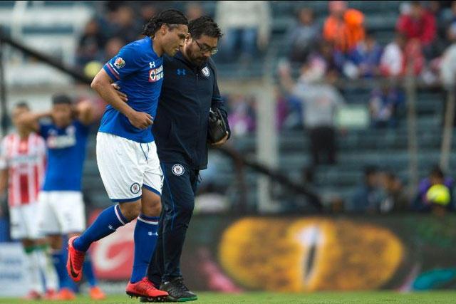 Gullit Peña sale lesionado del partido contra el Necaxa