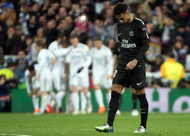 Neymar cabizbajo después de la anotación de Cristiano Ronaldo