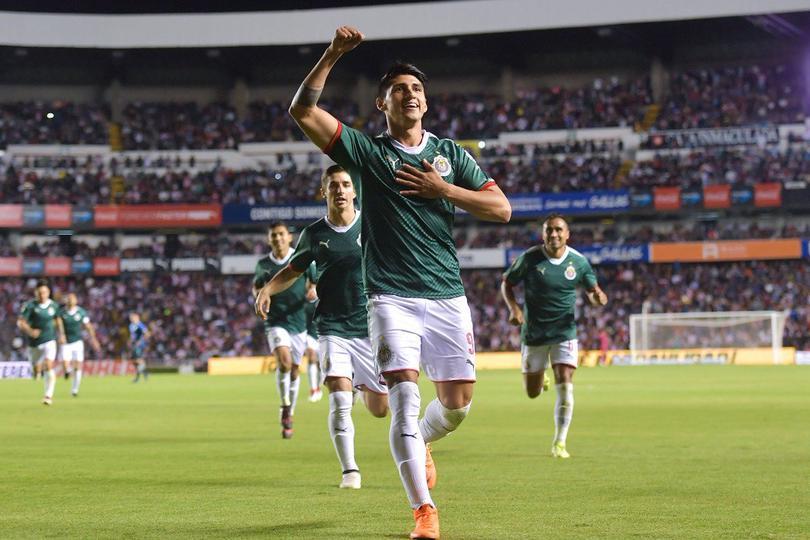 Alan Pulido celebra su gol