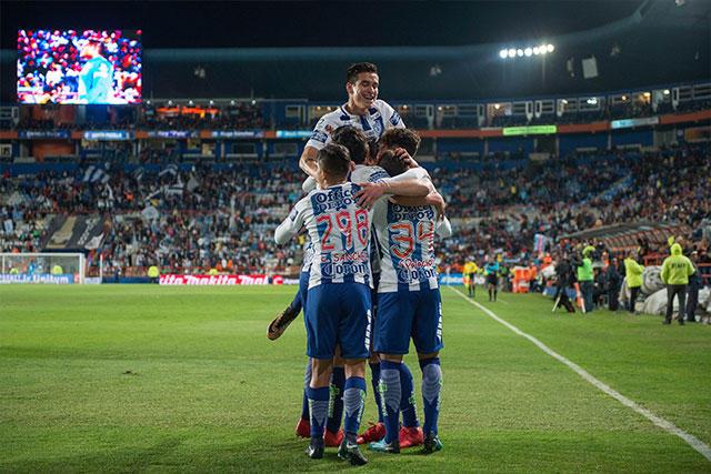 Jugadores de Pachuca celebran un gol