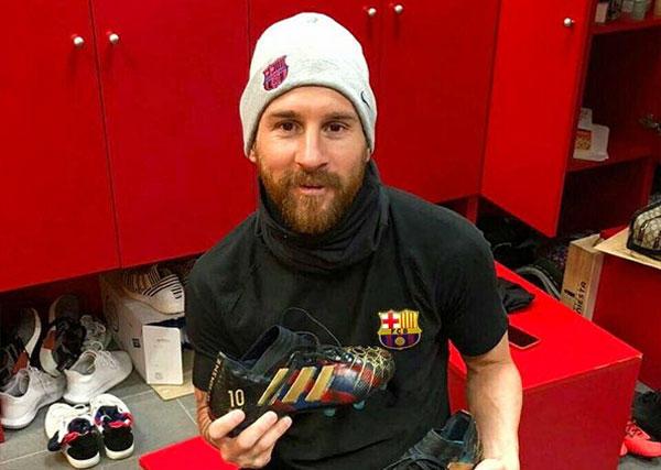 Messi posa con los zapatos diseñados por la artista Lili Cantero