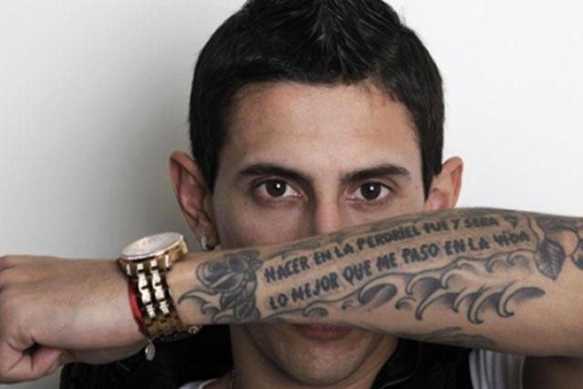 Ángel Di María muestra su tatuaje en el brazo
