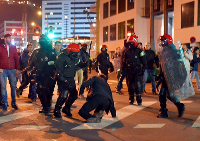 Policía autónoma vasca se enfrenta a aficionados