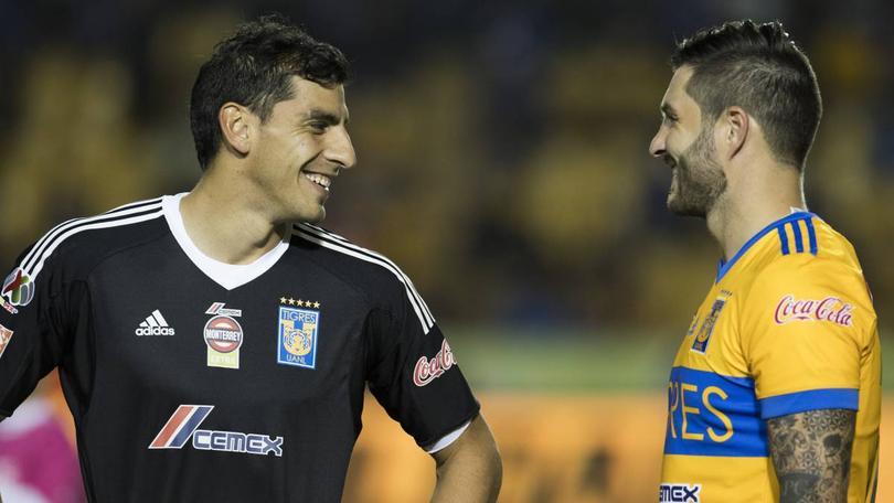 Nahuel y Gignac sonriendo durante un partido