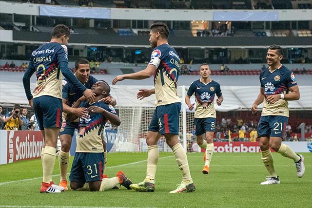 Jugadores del América celebran el gol contra el Saprissa