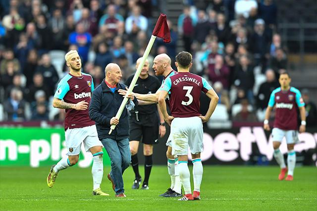 Aficionados encaran a jugadores del West Ham