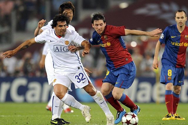 Carlos Tévez pelea el balón contra Messi