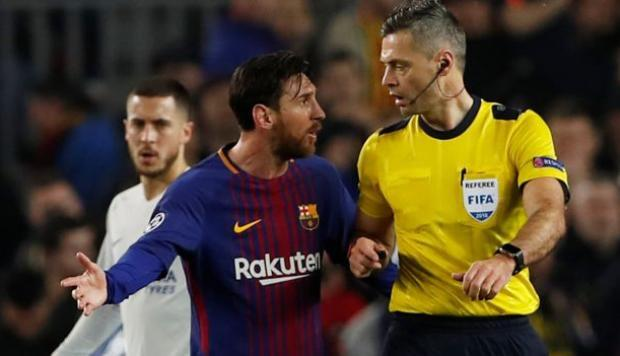 Messi discutiendo con el arbitro