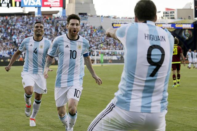 Messi e Higuain celebran gol