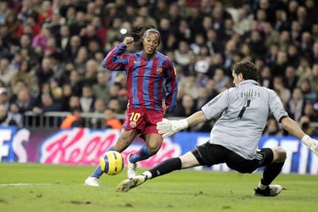 Gol de Ronaldinho ante Iker Casillas