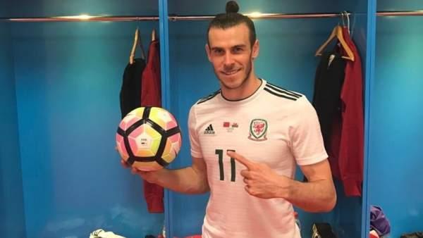 Gareth Bale con el balón del partido
