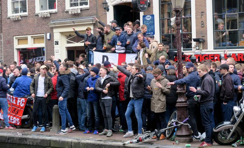 Hinchas ingleses haciendose notar en Holanda