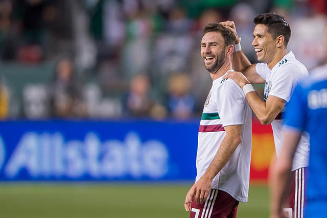 Layún celebra su gol