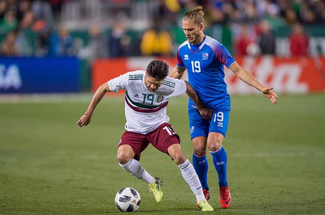 Oribe Peralta durante el partido contra Islandia