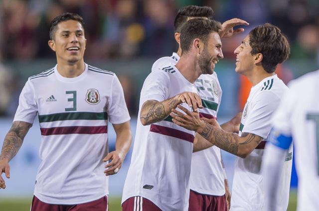 Jugadores de México celebran el gol de Layún