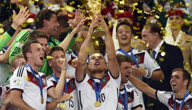 Alemania levantando el trofeo