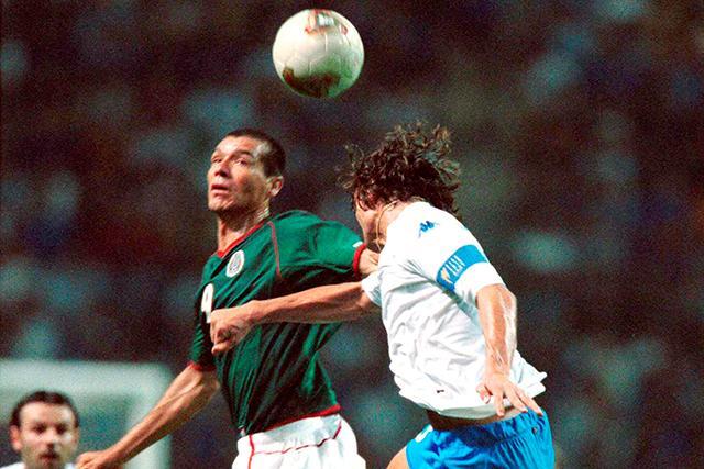Borgetti cabeceando ante la marca de Maldini