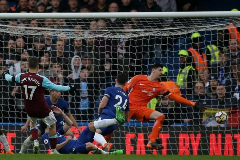Chicharito anota gol ante Chelsea
