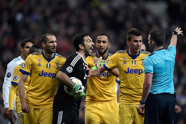 Buffon salió expulsado por reclamarle al árbitro la marcación del penal