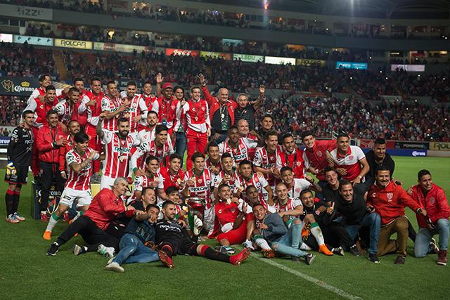 Jugadores del Necaxa celebran el título de la Copa MX