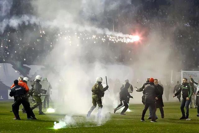 Policías durante un partido de la liga griega
