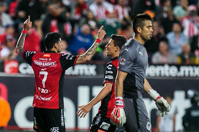 Gustavo Bou celebra su gol contra Chivas