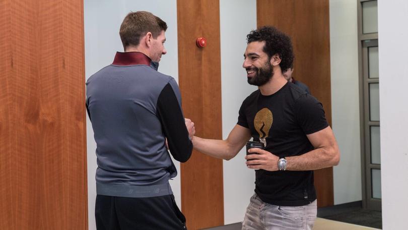 Stever Gerrard y Mohamed Salah