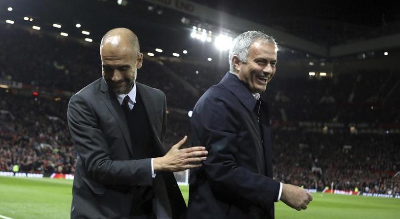Guardiola y Mourinho durante un cotejo en Inglaterra.