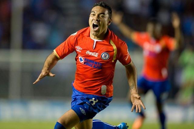 Marco Fabian celebra un gol contra el Puebla