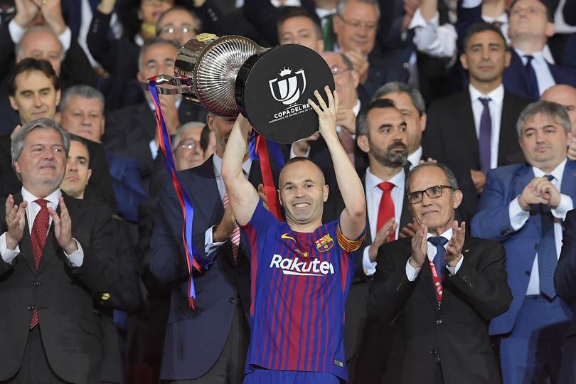 Iniesta con el trofeo de la Copa del Rey