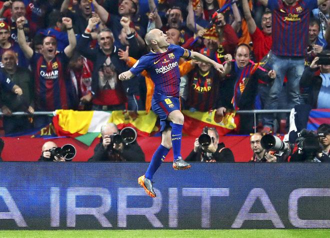 Andrés Iniesta festeja ante su público