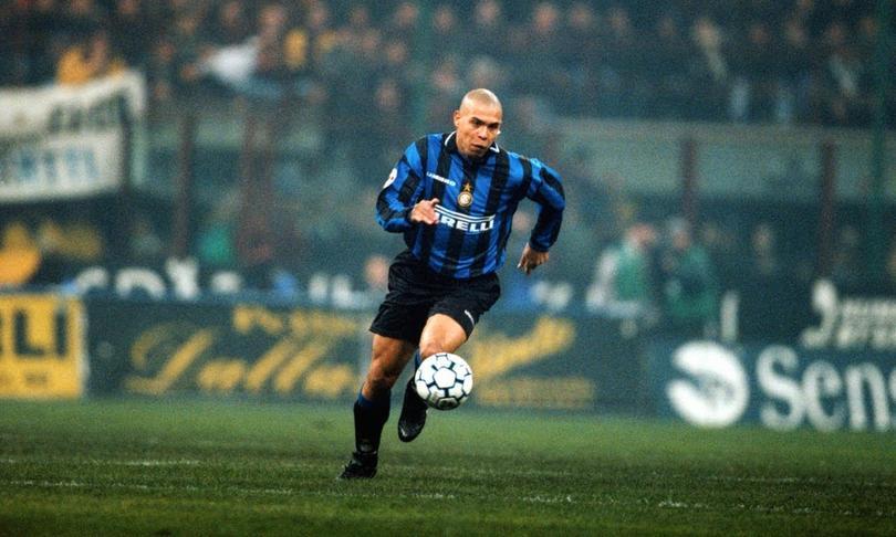 Ronaldo conduce un balón jugando para el Inter