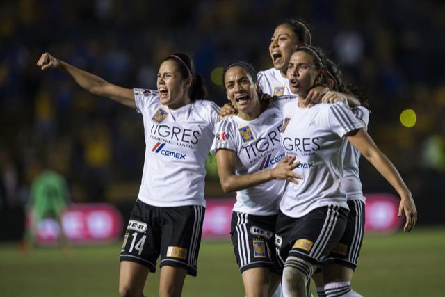 Jugadoras de Tigres celebran el gol del empate