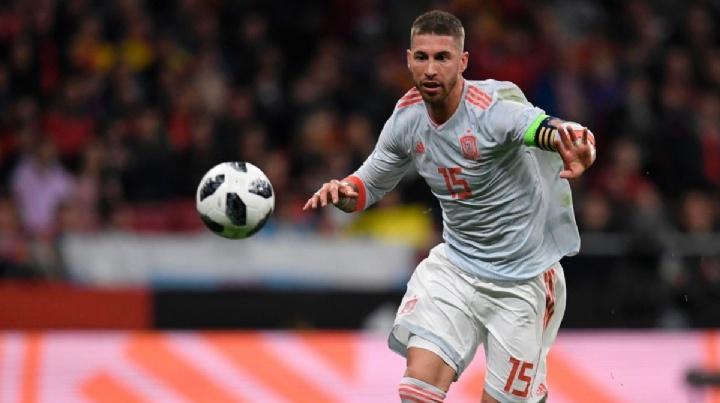 Sergio Ramos recibiendo el balon y dando una orden