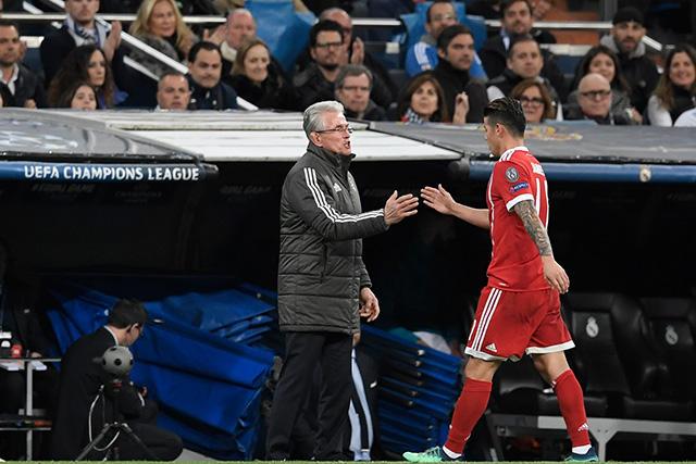 James Rodríguez sale de cambio aplaudido por el Santiago Bernabéu