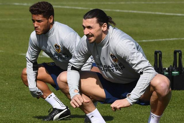 Jonathan Dos Santos y Zlatan Ibrahimovic