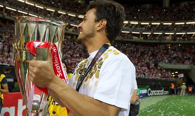 Oswaldo Alanis con el trofeo de Concacaf