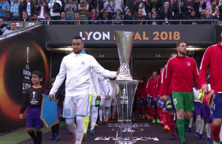 Payet tocando el trofeo