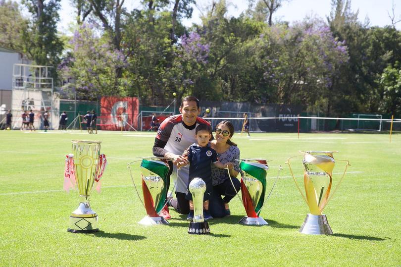 Rodolfo Cota con su familia y trofeos conseguidos en Chivas
